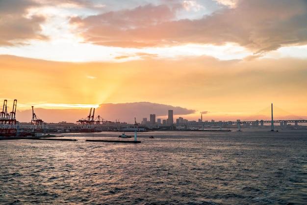Port industriel port grue à yokohama sunset pour les entreprises de transport moderne et concept commercial mondial