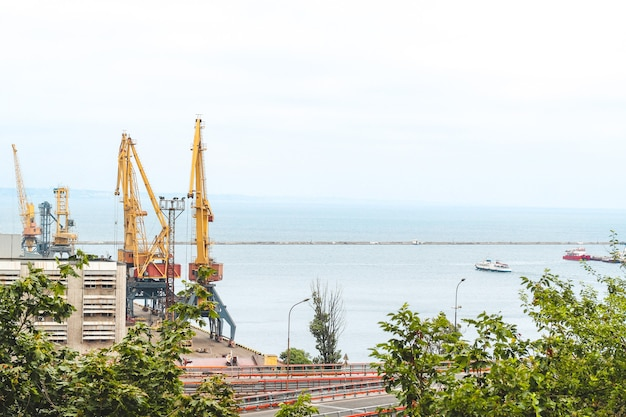 Port maritime avec réservoirs et grues et autres équipements.