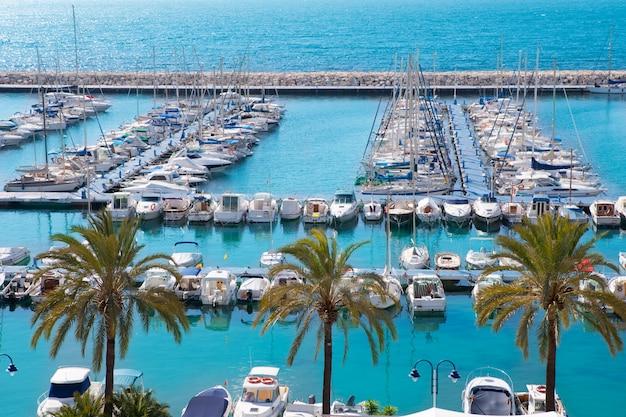 Port nautique de moraira alicante marée haute en méditerranée