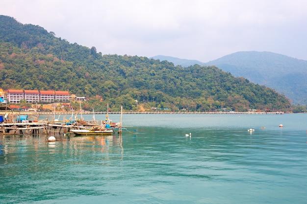 Port de pêche avec attirail, baie sur l'île de koh chang
