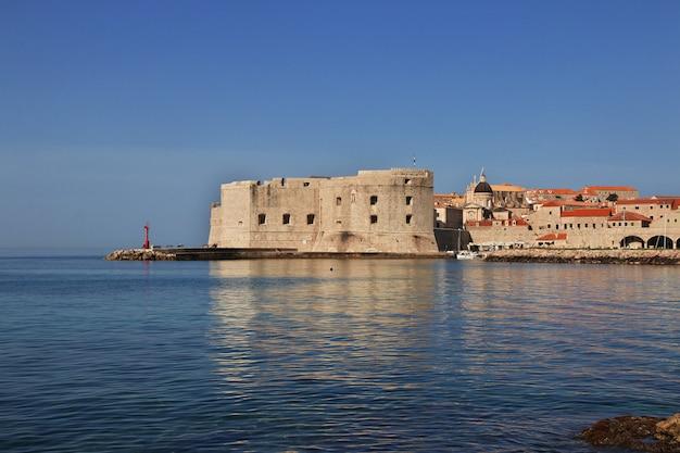 Le port de plaisance de la ville de dubrovnik sur la mer adriatique, croatie