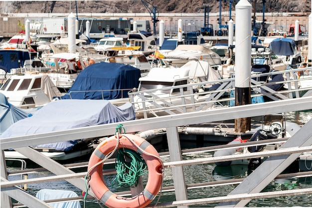 Port rempli de petits bateaux