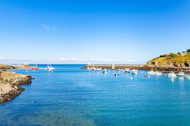 Port de sauzon en france sur l'île belle ile en mer dans le morbihan