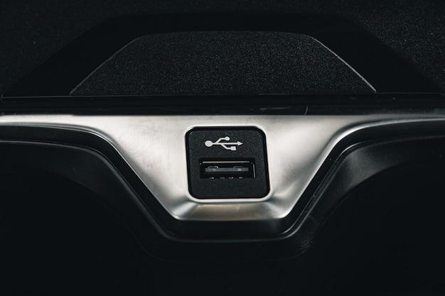 Port usb pour connecter un appareil dans une voiture de luxe