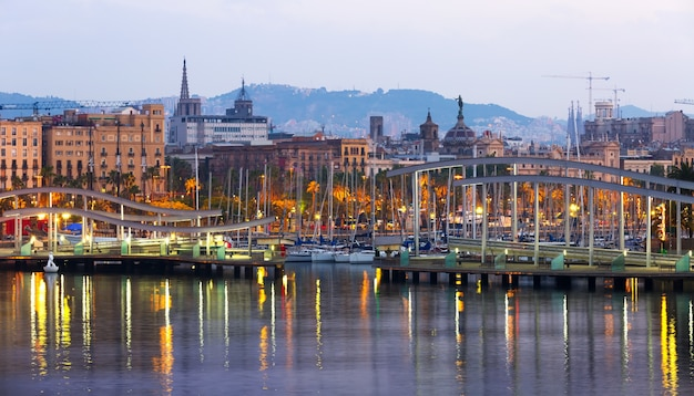 Port vell au lever du soleil. barcelone