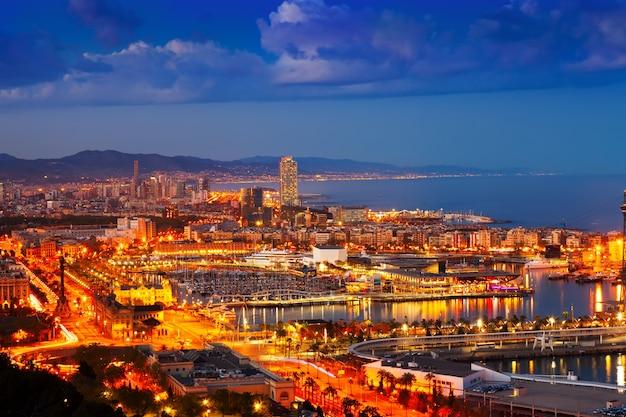 Port vell et cityspace à barcelone pendant la soirée