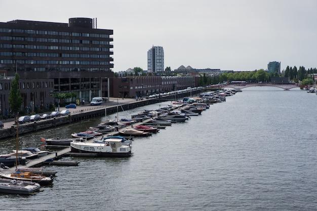 Port de la ville avec des yachts. amsterdam