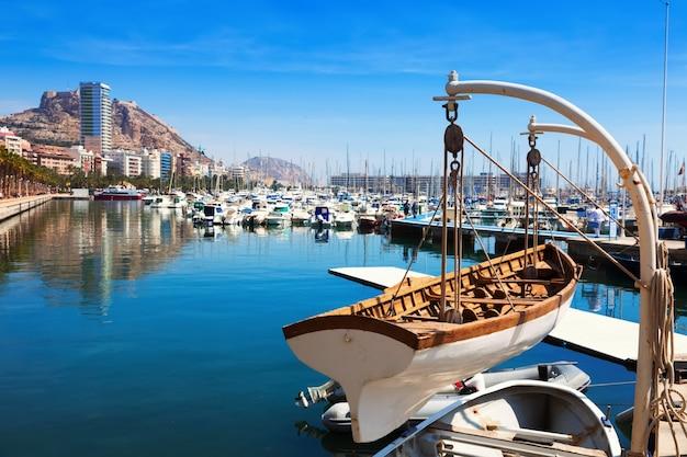 Port avec des yachts à alicante