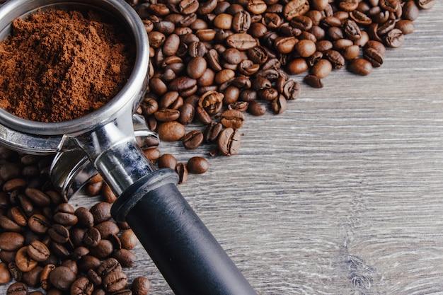 Portafilter et grains de café sur fond de bois