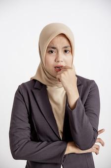 Portait femmes portant des costumes hijab look triste pose en regardant la caméra concept de travail formel fond blanc isolé
