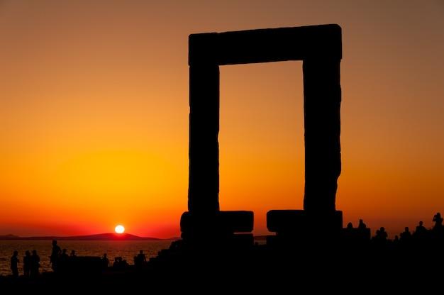 Portara de naxos au coucher du soleil