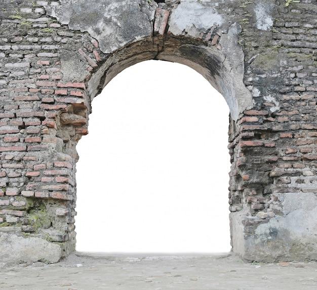 Porte abandonnée isolé sur blanc
