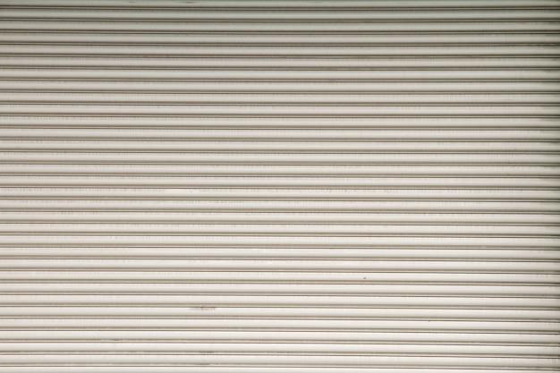 Porte en acier avec de belles rayures horizontales.