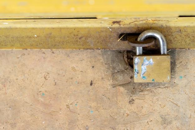 La porte en acier est verrouillée avec un verrou serré pour empêcher les voleurs et les étrangers.