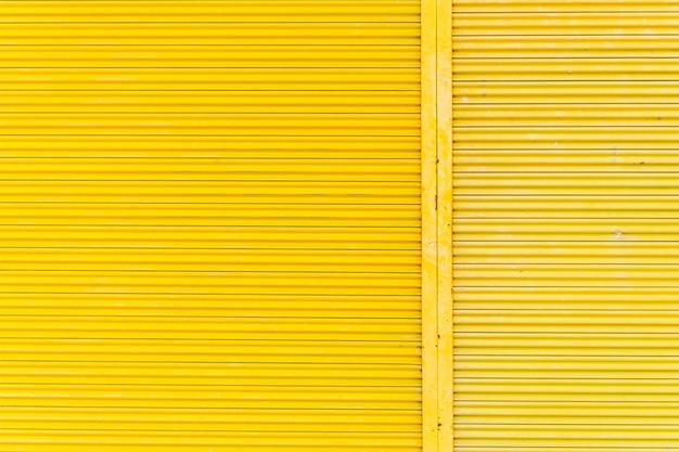 Porte en acier jaune, belles proportions.