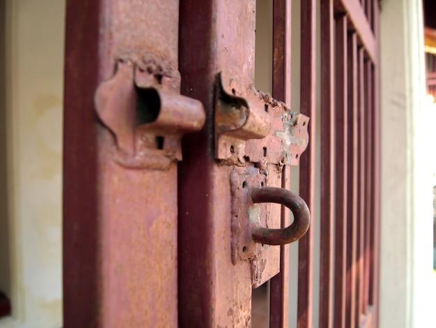 La porte en acier n'est pas verrouillée