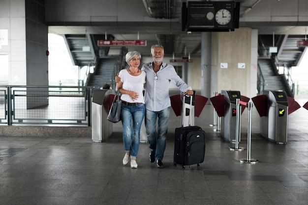 Porte de billet de train de voyage de couples supérieurs