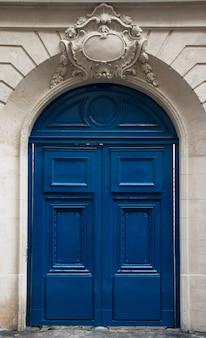 Porte bleue dans le vieux bâtiment