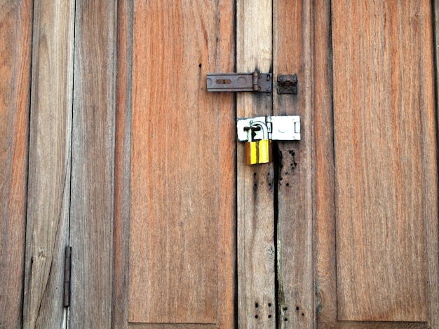 Porte en bois de l'ancienne grange avec serrure et chaîne