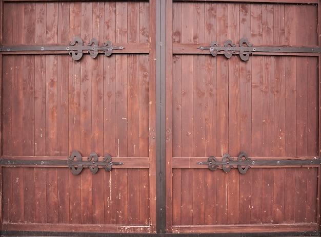 Porte en bois brun antique avec auvents en fer. russie