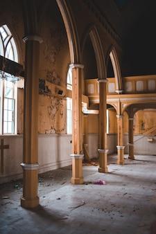 Porte en bois brun dans le bâtiment