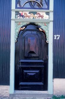 Porte en bois ornée avec décorations sculptées