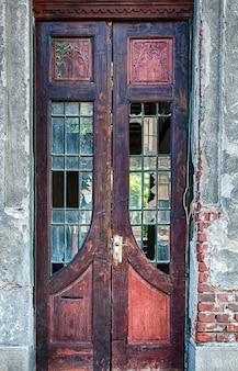 Porte en bois patiné vintage. verre brisé. mur