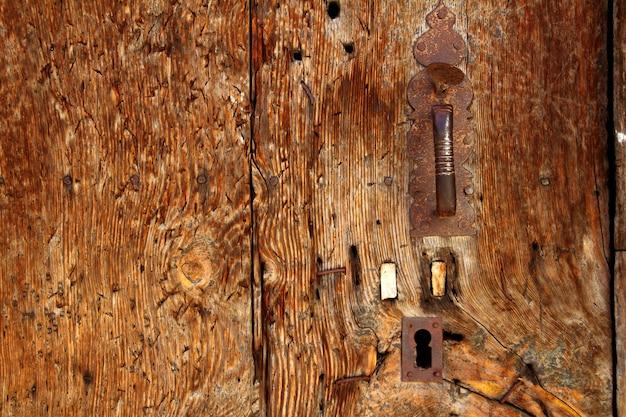 Porte en bois vieilli texture grunge poignée rouillée