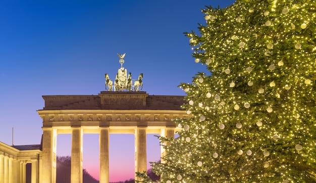 Porte de brandebourg et arbre de noël à berlin, allemagne