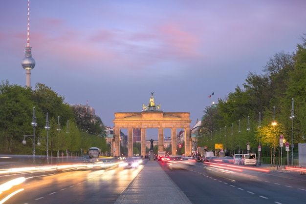 La porte de brandebourg à berlin au coucher du soleil, allemagne