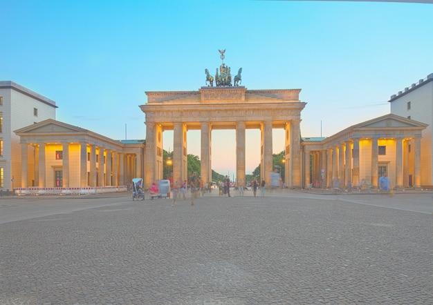 Porte de brandebourg la nuit, berlin, allemagne. hdr