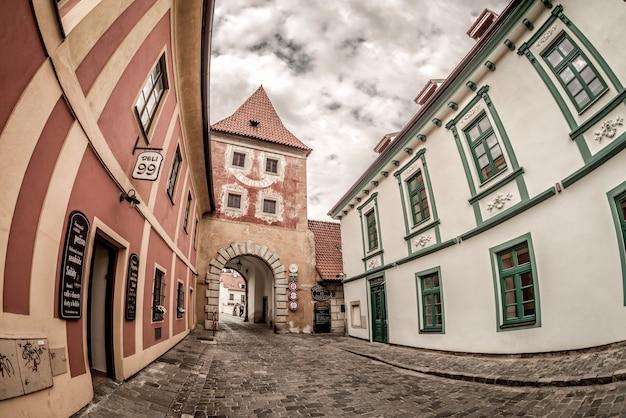 Porte budejovicka à la rue latran. cesky krumlov, république tchèque. 20 mai 2017