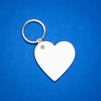Porte-clés blanc sur fond bleu.