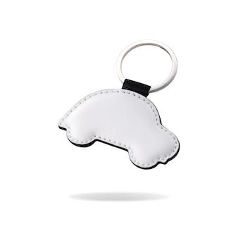 Porte-clés en cuir en forme de voiture sur fond blanc isolé.