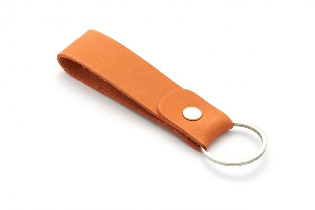 Porte-clés en cuir isolé sur blanc