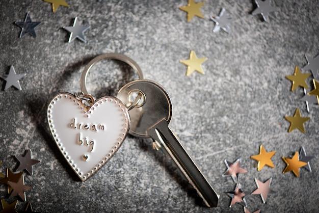Porte-clés en forme de coeur et slogan dream big