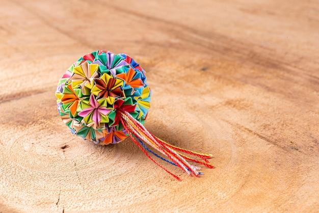 Porte-clés origami fait main coloré sur un fond en bois