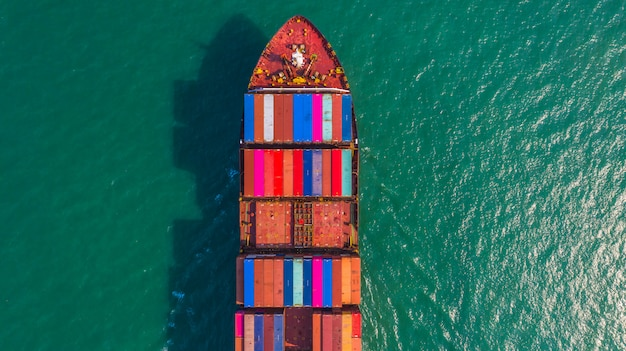Porte-conteneurs allant au port en haute mer, logistique d'import-export, expédition et transport par porte-conteneurs, vue aérienne.