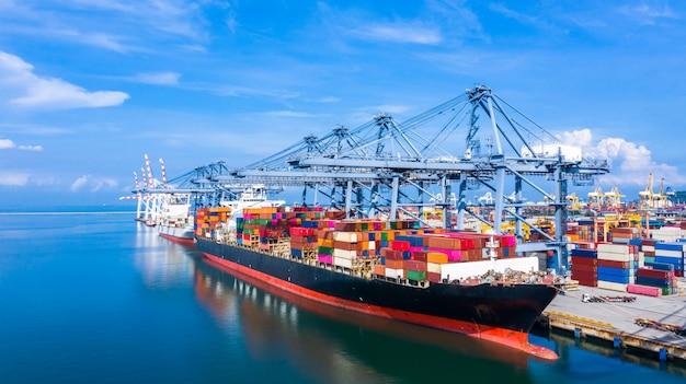 Porte-conteneurs arrivant dans un port commercial.
