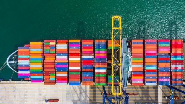 Porte-conteneurs de chargement et de déchargement dans le port de haute mer, vue de dessus aérienne d'import / export de logistique d'entreprise