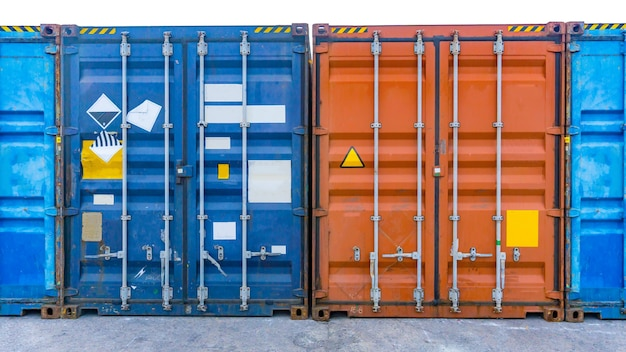 Porte des conteneurs d'équipement d'expédition dans un port