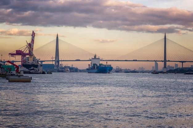 Les porte-conteneurs sont des véhicules de transport dans l'industrie du transport maritime