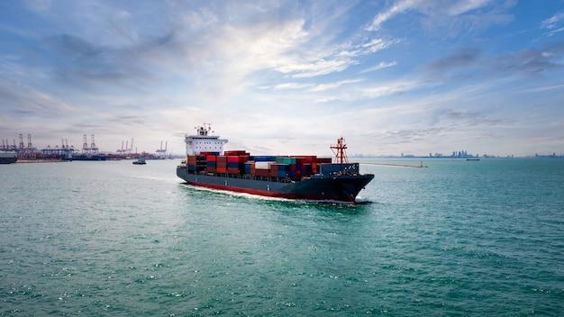 Porte-conteneurs transportant de grandes marchandises logistiques d'import-export
