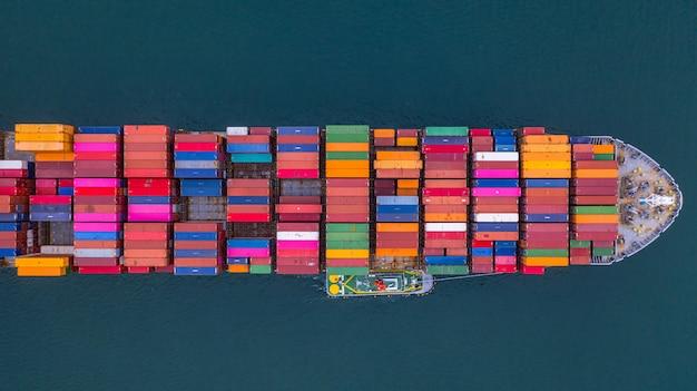 Porte-conteneurs transportant la vue aérienne des conteneurs, logistique et transport d'affaires à l'importation et à l'exportation.