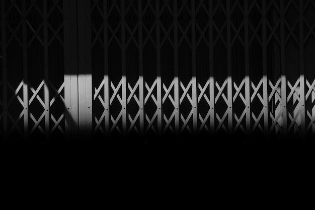 Porte coulissante en métal gris vintage à l'ombre