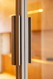 Porte coulissante en verre. cloison vitrée avec poignée.