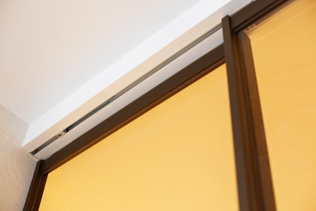 La porte coulissante en verre. la cloison vitrée