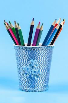 Porte-crayons de bricolage avec des crayons de couleur.