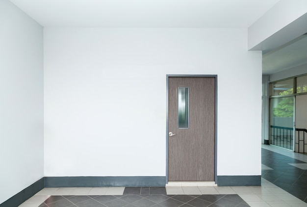 Porte dans un mur vide