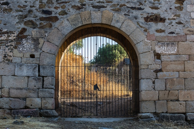 Porte dans les murs médiévaux de granadilla.